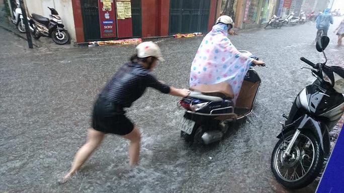 Mưa lớn, dân bì bõm trên nhiều tuyến phố  Hà Nội ngập sâu - Ảnh 3.