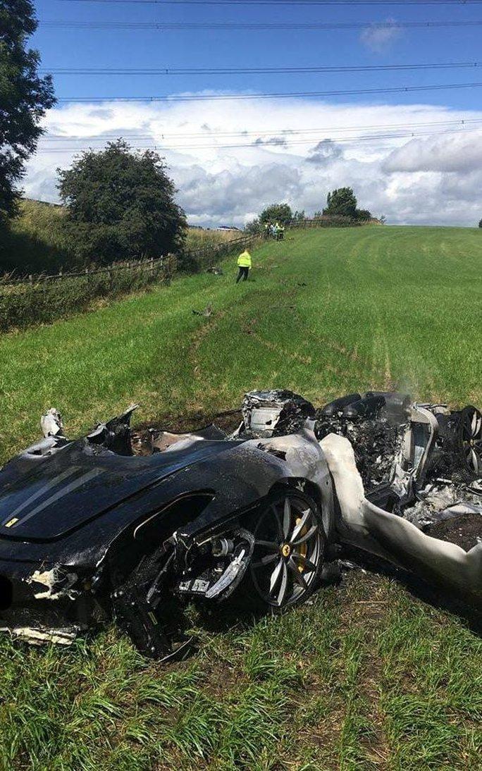 Xế sang Ferrari vừa mua được 1 giờ đã cháy rụi - Ảnh 1.