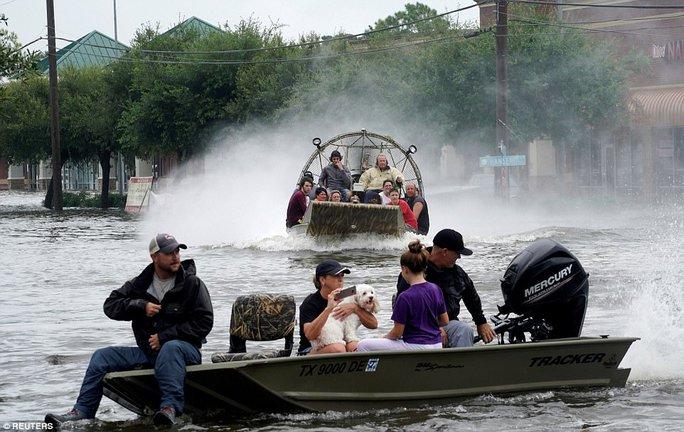 Mỹ xả đập cứu lũ cho Houston - Ảnh 11.