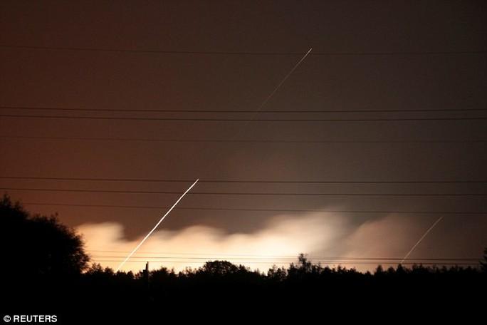Ukraine: Nổ tại căn cứ quân sự, tên lửa bắn tứ tung lên trời - Ảnh 4.