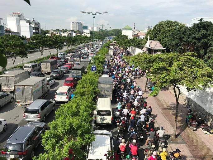 Hỗn loạn trên đường Phạm Văn Đồng - Ảnh 8.