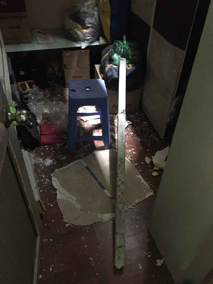 Nửa đêm, 2 thanh sắt từ công trình rơi thủng nhà dân - Ảnh 2.