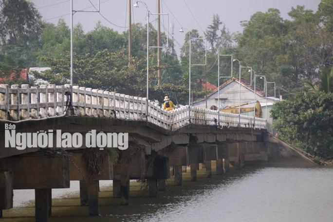Hàng ngàn người liều mình lưu thông qua cây cầu sắp sập - Ảnh 7.