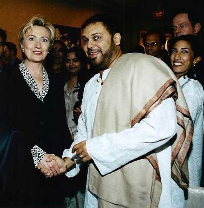 Thực hư bức ảnh bà Clinton bắt tay Osama bin Laden - Ảnh 2.