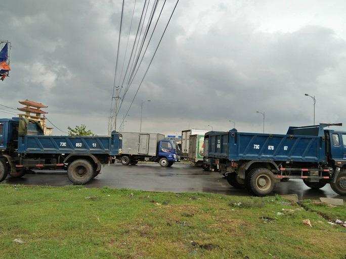 Dân vây trạm BOT Tasco Quảng Bình đòi miễn phí, Quốc lộ 1 ách tắc - Ảnh 2.