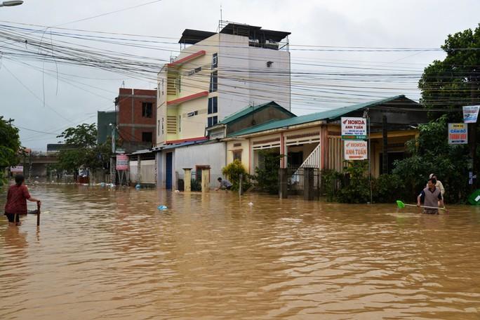 Miền Trung: Nhiều nơi còn ngập chìm trong nước, cô lập - Ảnh 19.