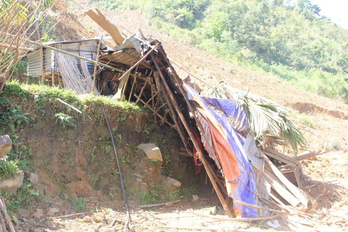 Video: Đau đớn, xót xa cảnh tìm nạn nhân sạt lở núi - Ảnh 3.