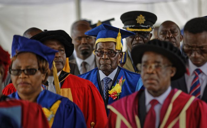 Vì sao quân đội Zimbabwe để Tổng thống Mugabe xuất hiện? - Ảnh 2.