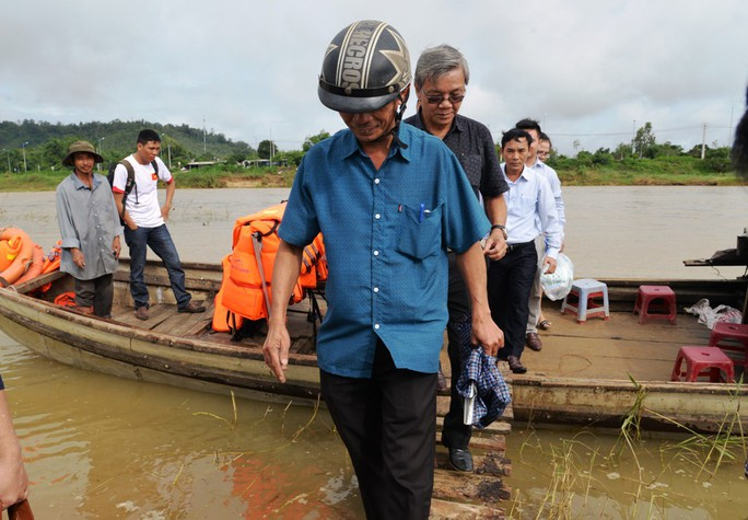 Báo Người Lao Động vượt đò đến với người dân vùng lũ Quảng Ngãi - Ảnh 6.