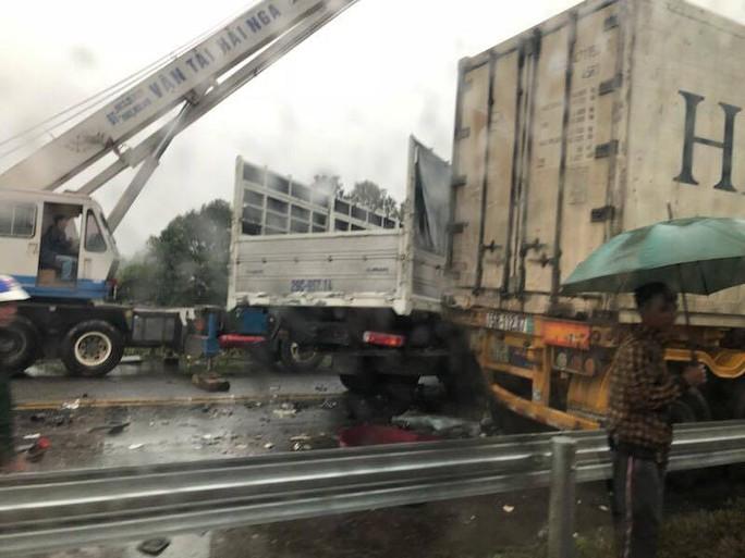 Tai nạn liên hoàn trên cao tốc Nội Bài - Lào Cai, 2 cha con thương vong - Ảnh 2.