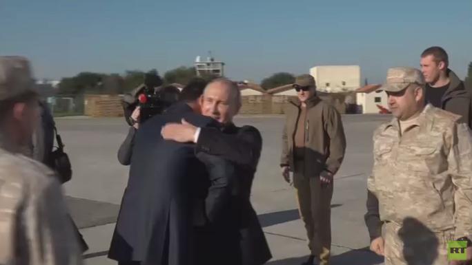Tổng thống Putin bất ngờ tới Syria, tuyên bố rút quân - Ảnh 2.