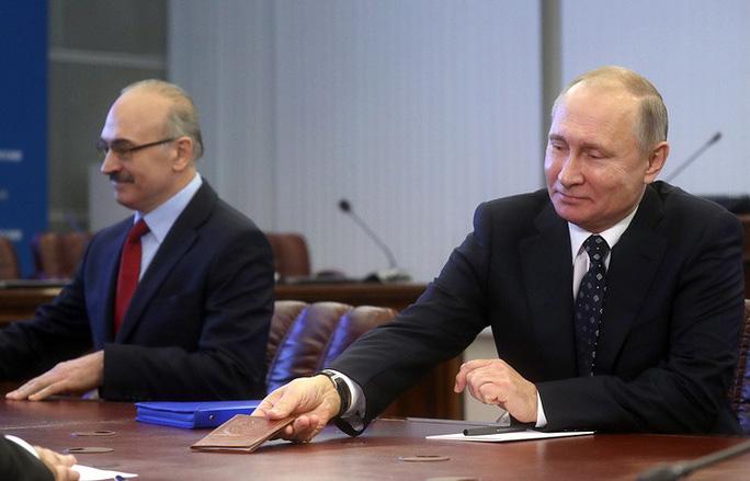 Ông Putin một mình đi nộp hồ sơ tranh cử tổng thống - Ảnh 1.