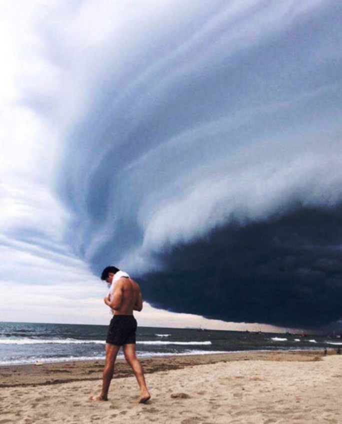 Tranh cãi về đám mây đen kịt hình thù kỳ lạ trên biển Sầm Sơn - Ảnh 6.