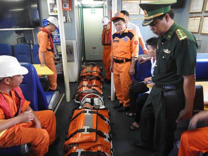 Cứu 2 thuyền viên gặp nạn ở vùng biển Hoàng Sa - Ảnh 1.