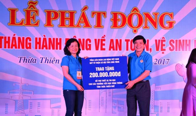 Ông Bùi Văn Cường trao tiền hỗ trợ LĐLĐ tỉnh Thừa Thiên - Huế
