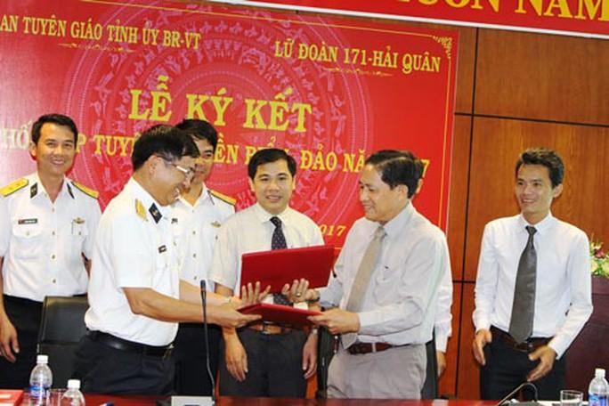 .Lễ ký kết tuyên truyền biển đảo năm 2017 giữa Lữ đoàn 171 và Ban Tuyên giáo Tỉnh ủy Bà Rịa - Vũng Tàu. Ảnh: Mai Thắng