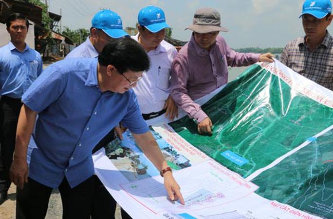 Xuất hiện 2 hố xoáy lớn ở khu vực sạt lở sông Vàm Nao - Ảnh 1.