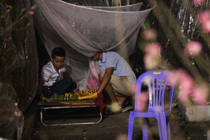 Người lớn chuẩn bị chỗ ngủ cho những đứa trẻ rồi thức nguyên đêm canh hàng hóa.