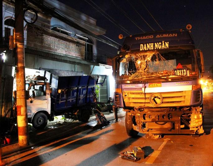 Xe container tông xe rác văng vào nhà dân - Ảnh 2.
