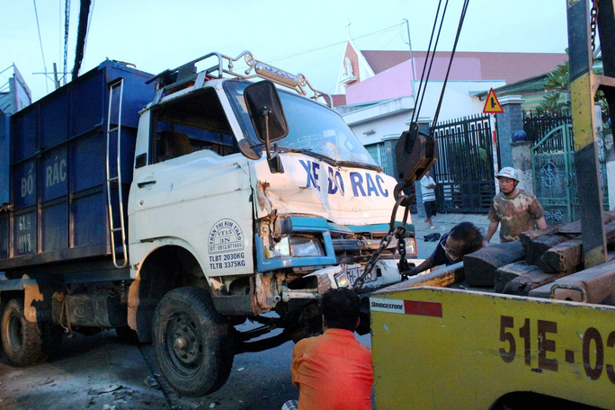 Xe container tông xe rác văng vào nhà dân - Ảnh 3.