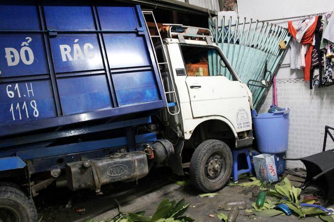 Xe container tông xe rác văng vào nhà dân - Ảnh 1.