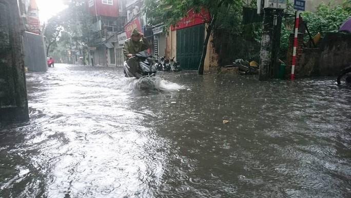 Mưa lớn, dân bì bõm trên nhiều tuyến phố  Hà Nội ngập sâu - Ảnh 4.