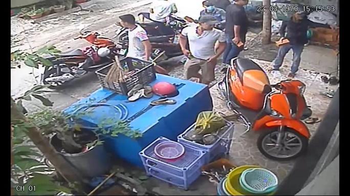 Clip: Giang hồ dội mưa gạch vào nhà dân ở quận Bình Thạnh - Ảnh 2.