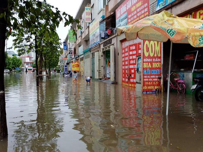 Mưa lớn, dân bì bõm trên nhiều tuyến phố  Hà Nội ngập sâu - Ảnh 6.