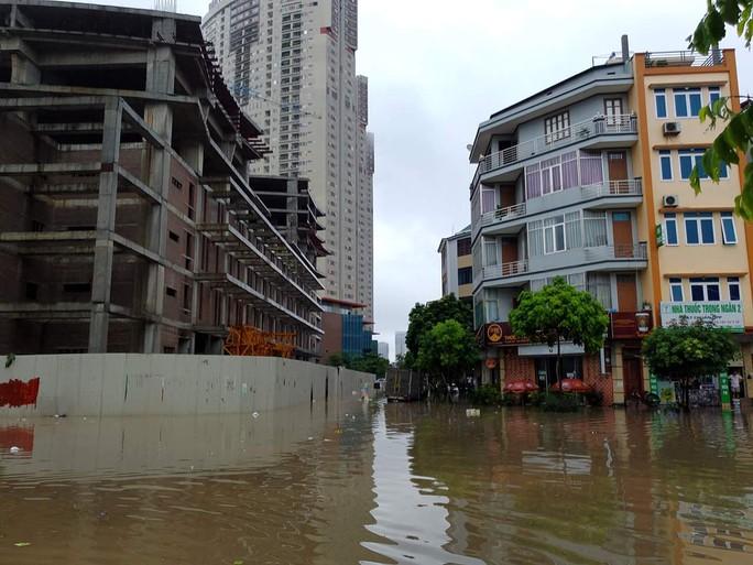 Mưa lớn, dân bì bõm trên nhiều tuyến phố  Hà Nội ngập sâu - Ảnh 7.