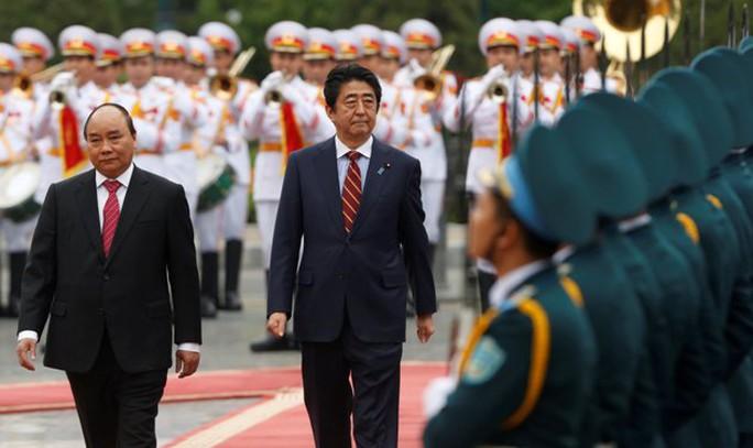 Hai Thủ tướng duyệt đội danh dự Quân đội Nhân dân Việt Nam - Ảnh: Reuters