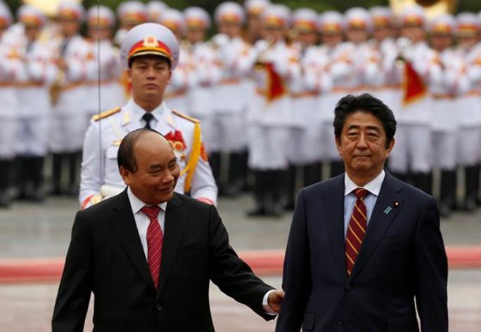 Từ năm 2016 đến nay, Thủ tướng Shinzo Abe đã có 3 lần tiếp xúc với Thủ tướng Nguyễn Xuân Phúc bên lề các hội nghị quốc tế - Ảnh: Reuters