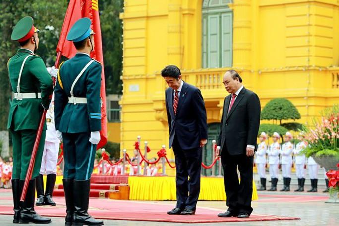 Đây là lần thứ ba Thủ tướng Shinzo Abe thăm chính thức Việt Nam - Ảnh: Reuters