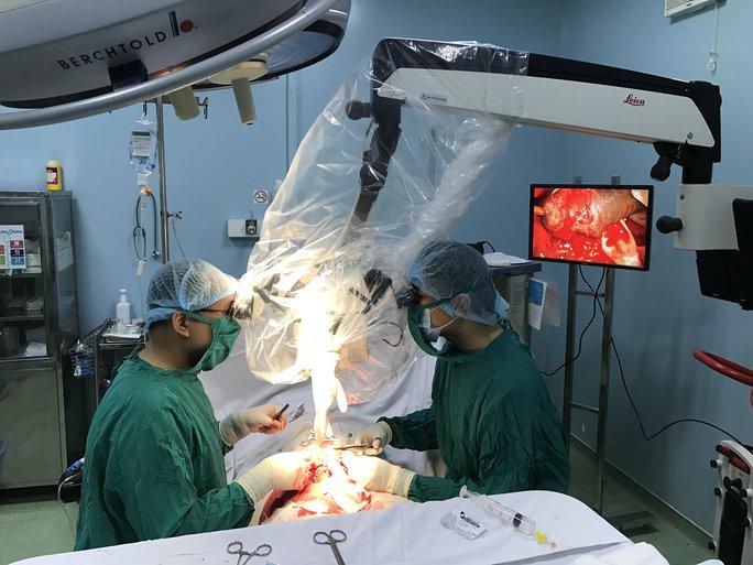 Các bác sĩ phẫu thuật nối lại cho người đàn ông thiếu may mắn.