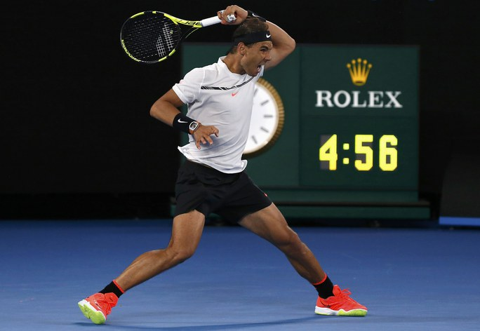 Nadal với cú giật thuận tay dọc dây làm nên thương hiệu - Ảnh: REUTERS