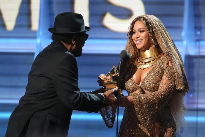 Cô hạnh phúc nhận giải