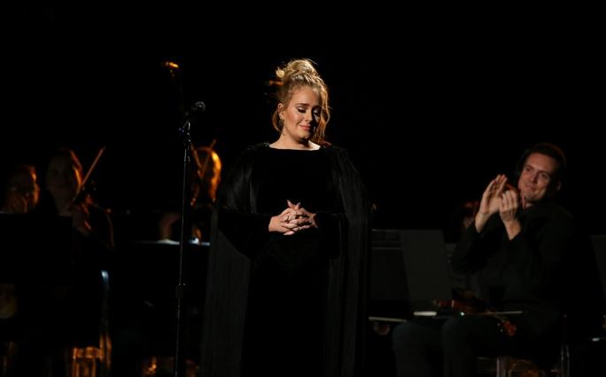 Adele có phần trình diễn gặp sự cố nhỏ