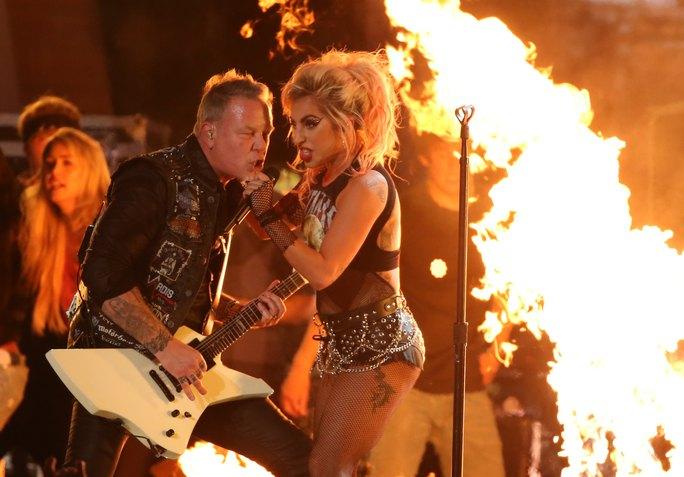 Lady Gaga trình diễn hết mình