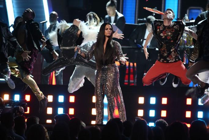 Demi Lovato trình diễn trên sân khấu Grammy lần thứ 59