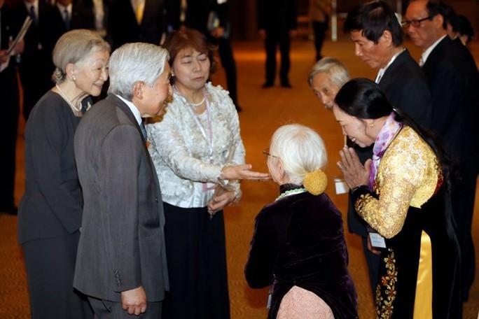 Nhật hoàng Akihito cùng Hoàng hậu Michiko gặp mặt người thân các cựu binh Nhật