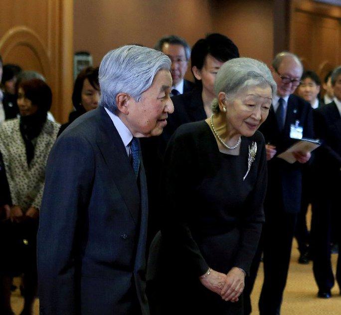 Nhật Hoàng và Hoàng hậu cúi chào