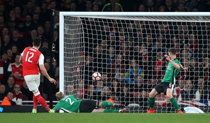 Giroud ghi bàn trong trận Arsenal - Lincoln 5-0