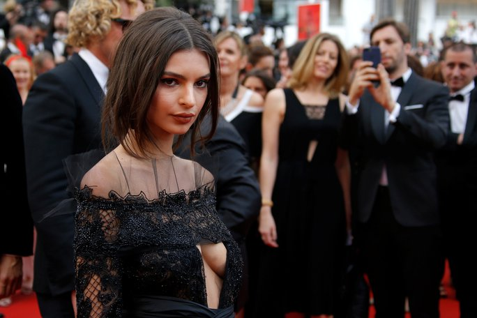 Người mẫu bạch biến tự tin khoe dáng tại Cannes 70 - Ảnh 7.