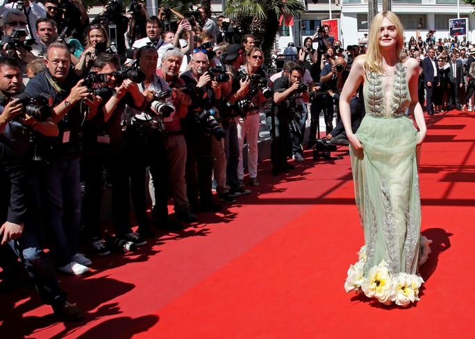 Elle Fanning đọ sắc Nicole Kidman trên thảm đỏ - Ảnh 2.