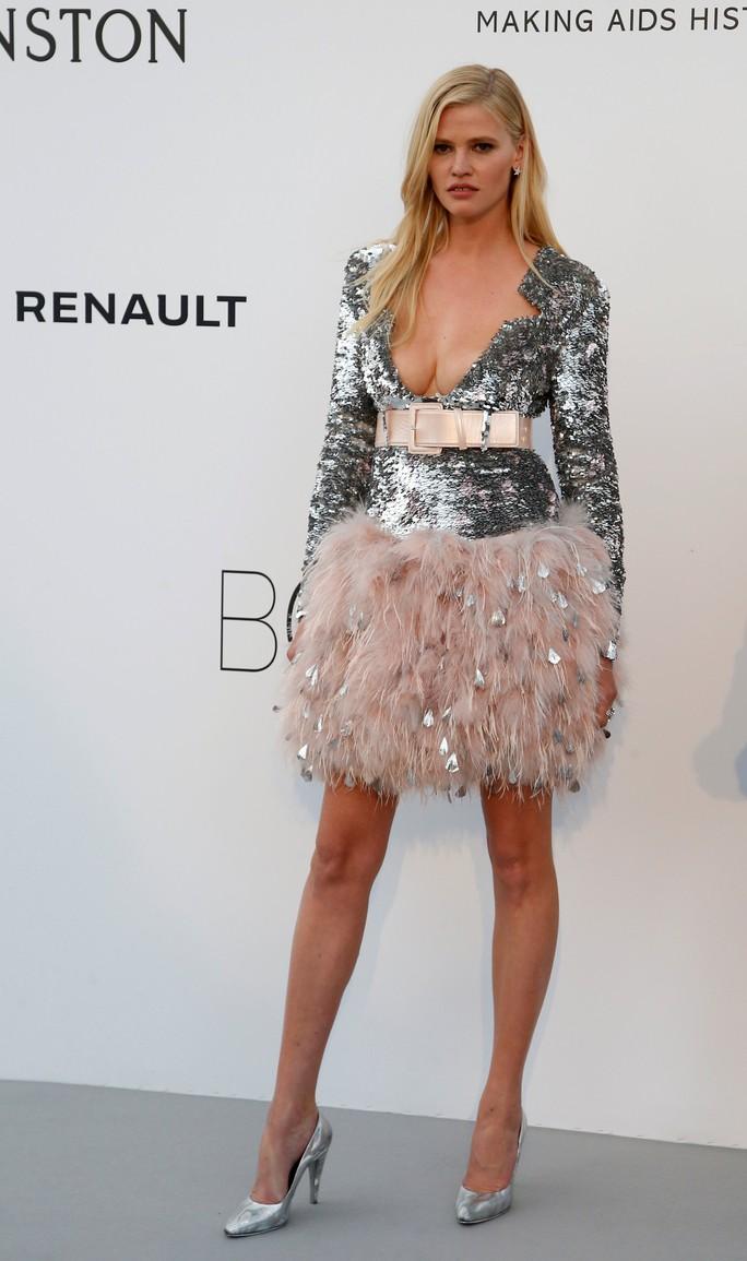 Siêu mẫu Bella Hadid mặc như không trên thảm đỏ - Ảnh 13.