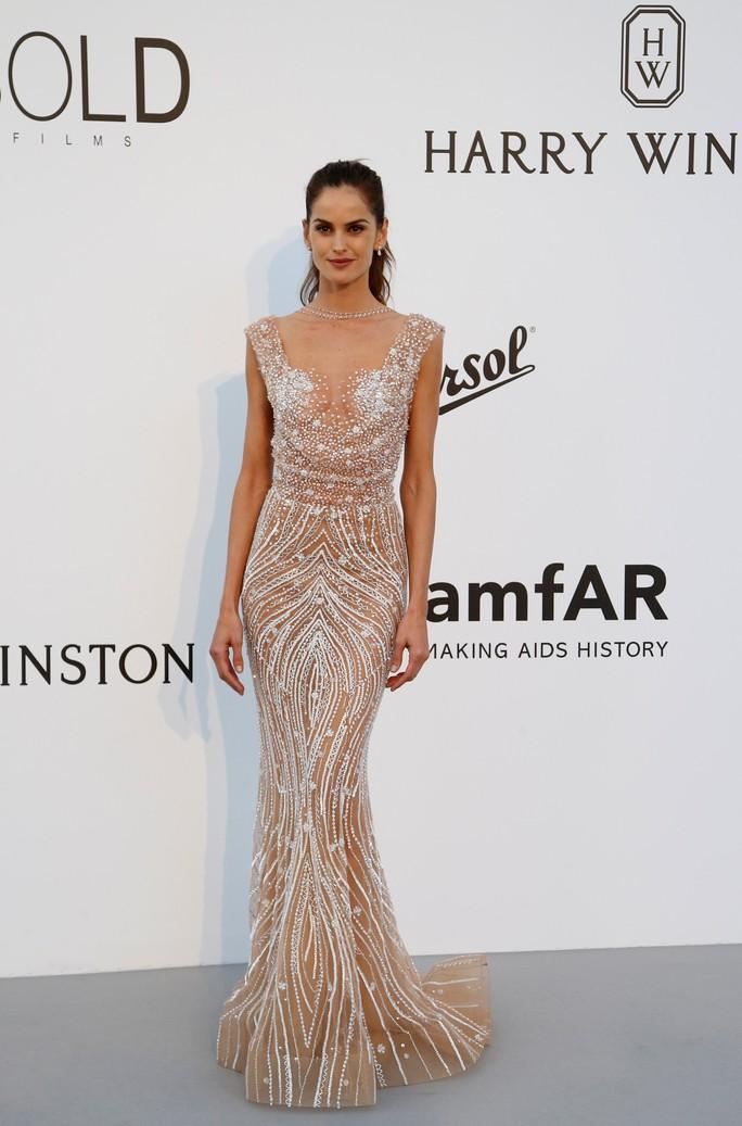 Siêu mẫu Bella Hadid mặc như không trên thảm đỏ - Ảnh 8.