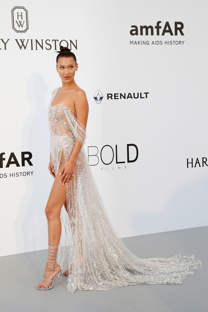 Siêu mẫu Bella Hadid mặc như không trên thảm đỏ - Ảnh 5.
