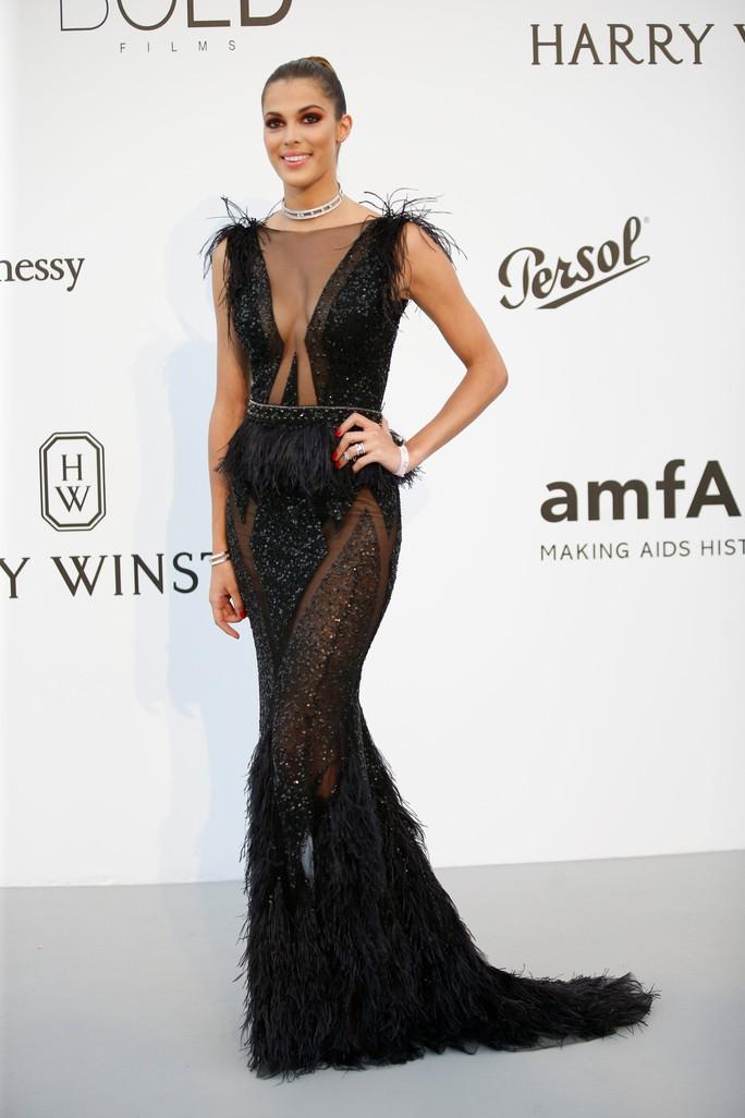 Siêu mẫu Bella Hadid mặc như không trên thảm đỏ - Ảnh 9.