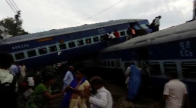 Tàu hỏa chạy tới đất thiêng trật đường ray, 95 người thương vong - Ảnh 2.