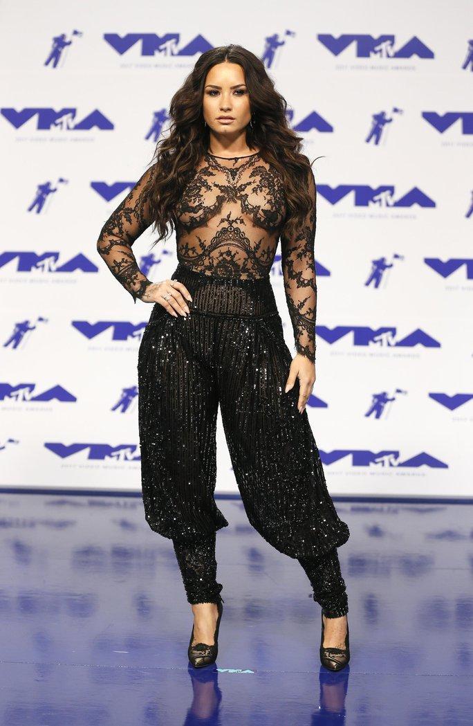 Mốt khoe ngực được chuộng tại MTV VMA 2017 - Ảnh 4.