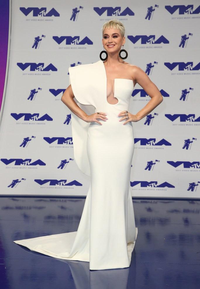 Mốt khoe ngực được chuộng tại MTV VMA 2017 - Ảnh 2.